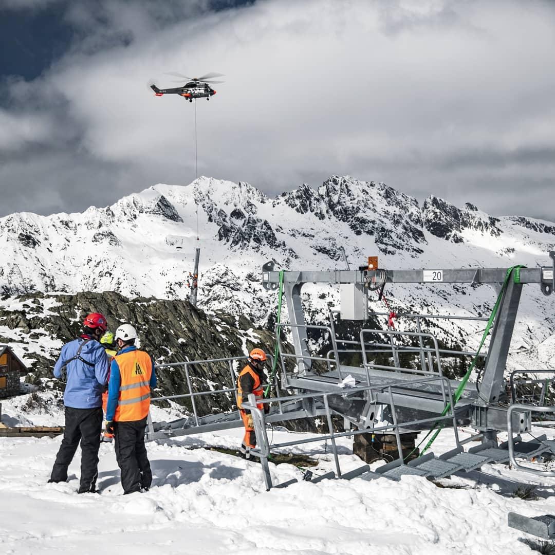 [ROPEWAYS] Work in progress sur le chantier du teleporté mixte de Clos Giraud à @vaujanystation avec l'héliportage des pylônes de la future ligne entre deux ❄️.  Une étape de plus dans l'avancement des travaux du 🚡 qui ouvrira cet hiver ⛷️  🚡 en collaboration avec @bartholet.swiss 📷 by @tichodrone  #ropeways #cable #helicopter #wip #drone #winter #officeview